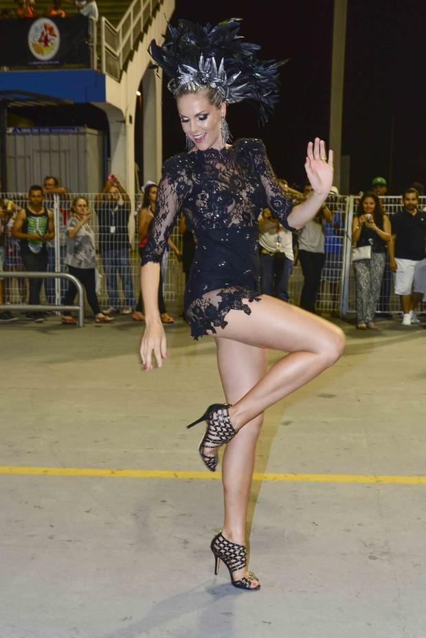 Ana Hickmann arrasa no ensaio técnico de Carnaval para a Vai Vai